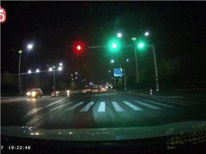 花都大道红绿灯路口渣土遍地