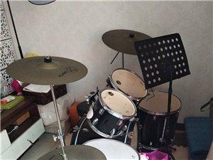 传让七成新的爵士鼓一套,新价买时七千八,...