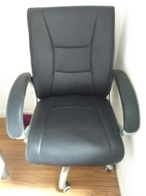 九成新转椅,售价200元。