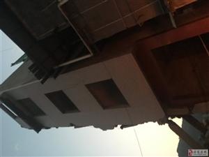 大家看看哈,这两套房子都属于拆迁范围,高的也就是正在拆的已经谈好,旁边矮的还没有,有没有危险?