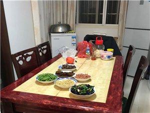 大理石 实木餐桌  六把木头椅子  餐桌九成新,家里人少,用不上,换过款式