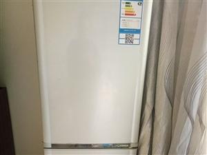 本人现闲置冰箱一台,九成新,买价1200元,现低价处理600元,附送小饮水机一个