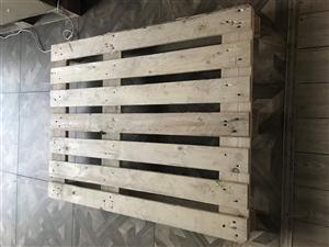 奉化三横开发区有此木托盘70个左右 尺寸是110x90 价格25 有意者电联