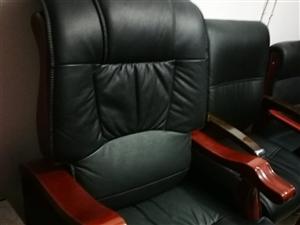 老板椅,基本未使用,外表发大气美观实用,原价2000元。有意者请联系