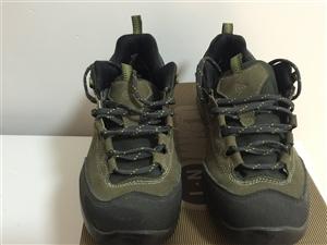 本人在上海买的专卖店买的全掌耐克跑步鞋,没穿几次,黄金码,41码,买时1千多元,可以随便验货。卖给喜...