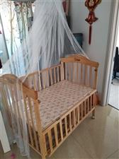 出售9成新婴儿床,还有一个全新的小床也带着,低价出售,有需要的联系我