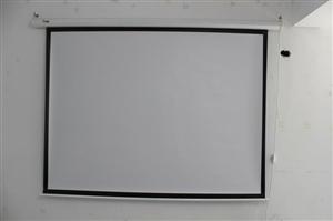 全新宏�投影机,两台,低价处理。赠送两挂全自动荧幕布。详情电联