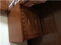 9.5成新实木床,1.8米,两个床头柜,可小刀