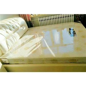 低价出售二手床,1米8乘2米,带床垫,九成新,刚买没多长时间,买时花三千多,现1500元联系电话15...