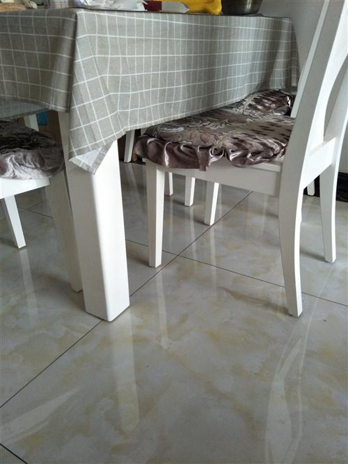自家餐桌一套,大理石板面,包含6個凳子,白色,9.5成新。掌上明珠買的,3000元。現特價轉讓,10...