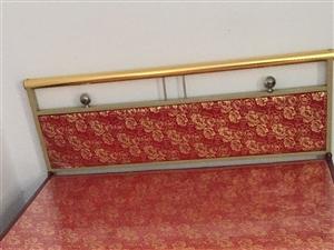 低价转让!低价转让!低价转让!九成新1.5??2米红色铁床一张,联系电话18238804506。