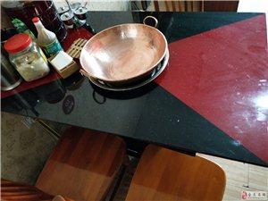 处理数张火锅桌极其凳子!东西还在很新!咨询电话:18383415630