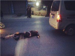 男子骑摩托车摔倒后被面包车托行五米