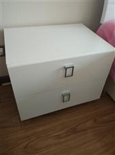 由木工师傅手工打造就成新双人床长200厘米宽180厘米带床头和床头柜。因搬家需便宜出手。如有意请电话...