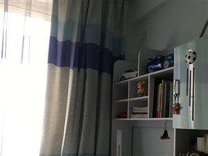儿童套房家具一套。床是隐蔽上上层,带床垫。三开门衣柜,书桌带椅子。