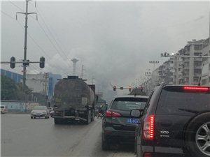 江碧路石山中学路口大车逆车道抢红灯,危险驾驶