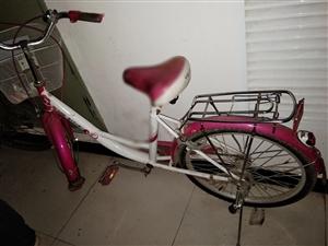 一辆粉色自行车,学生上学方便骑行,只用了半学期,可以看出来。有意者私,电话:13571538366