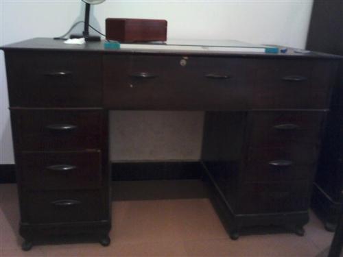 40年的老家具,书桌,五斗柜,被柜,书桌面是整块樟树板,打电话报价,适合就拉走,有需要的联系