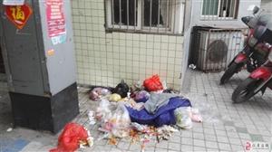 仁寿付加一小区垃圾满天飞!严重影响小区人的生活!
