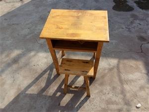 现有几套小学生课桌椅,高度与孩子在学校用的高度一致。孩子在家中写作业或者看书,如果有一套和学校自己用...
