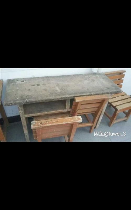 有初中和小学生用的纯木质桌椅,15元一套,包括一个桌子两个椅子,联系电话18104218185