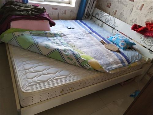 1米8大床,帶兩個床頭柜,九成新,1000拿走