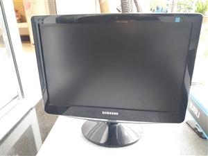 三星显示器,八成新,从未维修过。卖显示器送电脑桌。