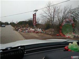 垃圾堆在路边上