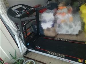 去年淘宝网购的一台跑步机,原价2500,上班忙,基本没怎么用过,多功能彩屏能看视频听音乐,配电动按摩...