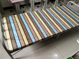 单人床,可折叠,方便使用,占地面积小;床板上有薄垫,长1.8米,宽80厘米,高30厘米,单张床100...