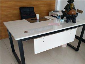 全新简约时尚风格办公桌出售,酒泉自提。18298729990