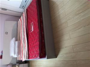 1.8米床和床垫,两个床头柜,15087309435刘小姐