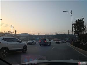 实验小学门前早高峰,车辆逆行情况严重。