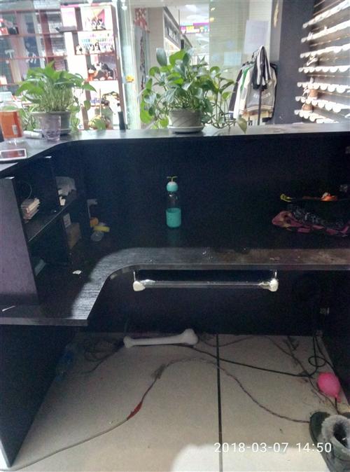大吧台九成新,买时四百多现150出售,黄色电脑桌50处理,有意者电话联系18643567808