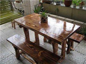 转让饭店烧烤店用餐桌椅十套,材质是实木的,可到店看实物。七八成新