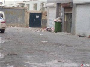 明仁小学东侧小区垃圾堆放好几天了没人清理,能否有人管了,这是孩子上下学的通道,还有人在这里随地大小便