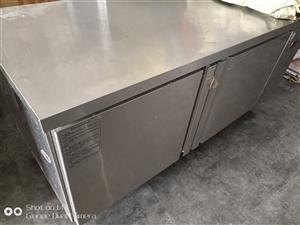 冷藏櫃,可當操作台,長180,寬60 正常運行,剛剛停用兩天 誠心要價格好商量