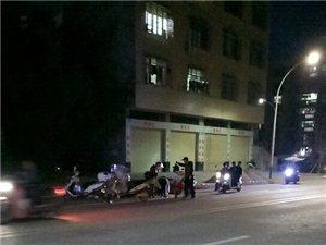寻乌正能量!一女子骑摩托车撞上垃圾桶摔倒在地,路过好心人赶忙扶起,现并无大碍!