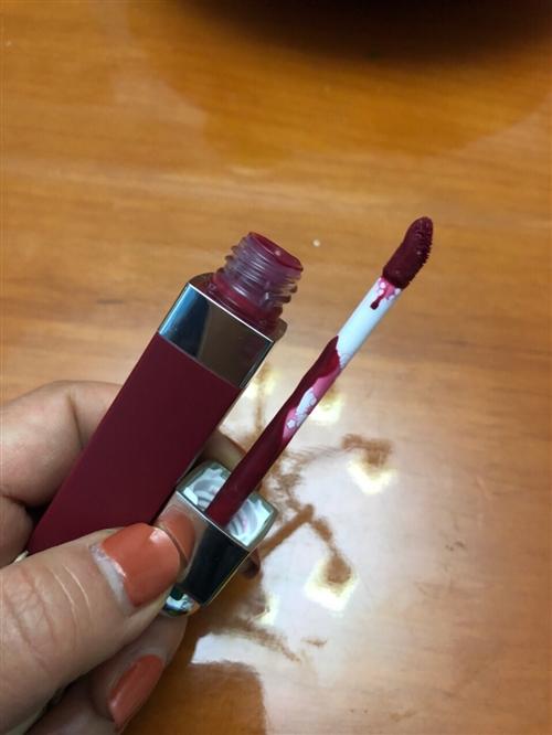 迪奧771染唇液,韓國帶回來的,顏色不適合我,跟風買的,質地不錯,不粘,不容易掉色,用過2次。