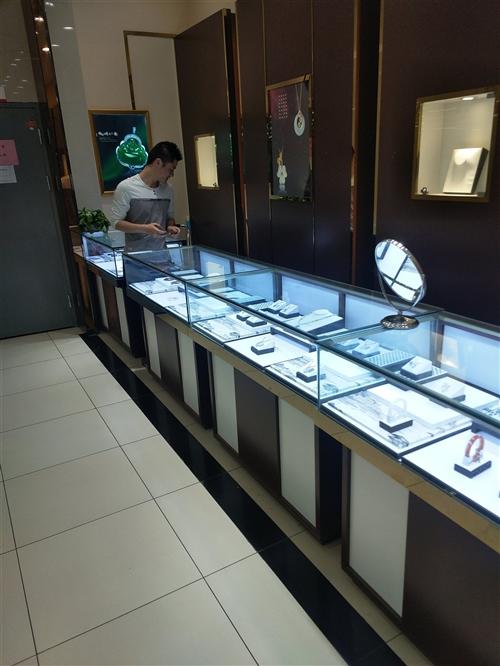 商场珠宝展柜。