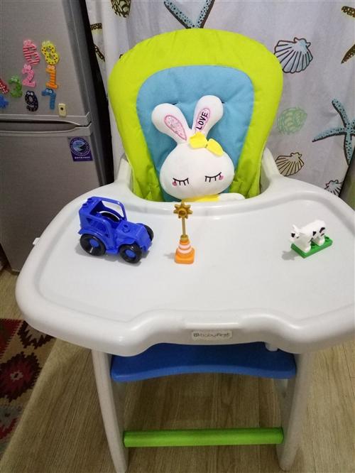 宝宝儿童餐椅: 用法1:可供月龄小的宝宝做玩具小桌,安全,玩耍空间很大。 用法2:加上橘色桌盖,...