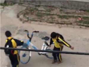 中小学生随意破坏共享单车