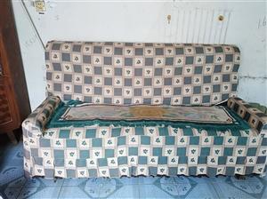 一套旧沙发 在水利局附近 有收的便宜拉走