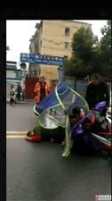违规网约运营:残疾人载客车辆双黄线违规调头撞趴电动车人员受伤