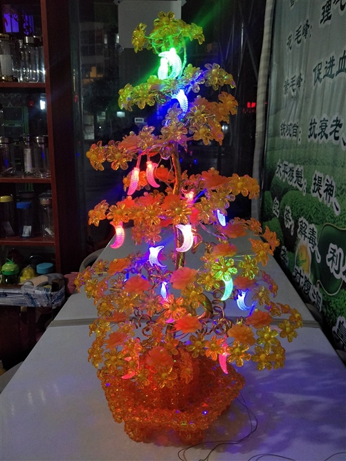 本人编制的手工串珠彩灯摇钱树,非常漂亮,低价出售,有需要的吗?有喜欢的电连15328212399