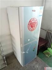 因回老家,先现低价出售冰箱,洗衣机,热水器,沙发,均是自己家用,买的都是全新的,需自提,有意者联系1