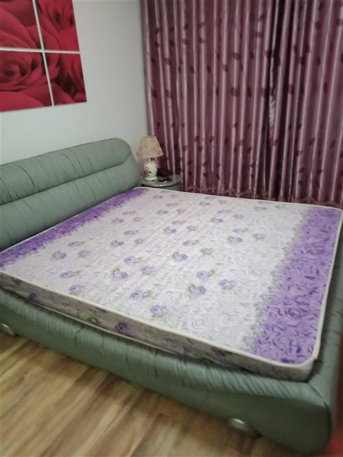 出售二手席梦思床垫,1.8x2.0米,高20公分,基本没有怎么用过,九成新,需要的便宜出售,自提床垫...