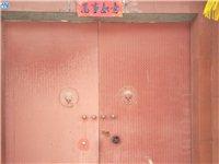 大铁门:双扇宽2.95米,高3.08米,厚铁板涮红色防锈漆.带防盗锁