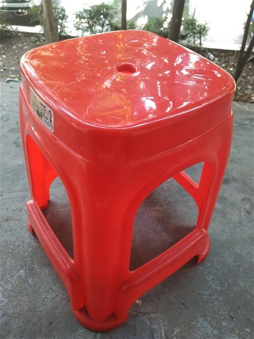塑料凳子,几乎全新,质量很好,厚塑料,10块一个,还有20个,桌子一张,50块,58*117,那大地...