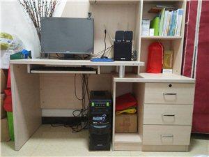 使用四年电脑书桌,无破损,八九成新。长145,高180,电脑桌与书架组合。因房屋改造,现出售。有意者...